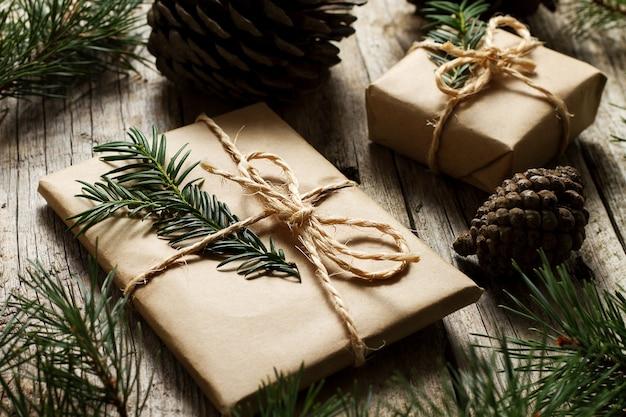 Primo piano regali di natale sul tavolo