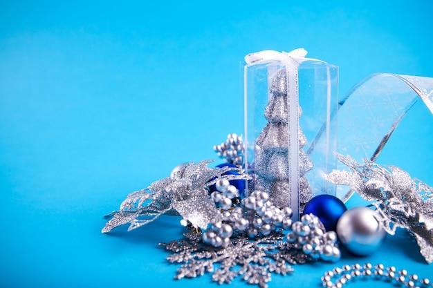 Close up decorazioni natalizie in argento