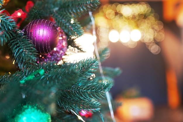 Primo piano di decorazioni per l'albero di natale