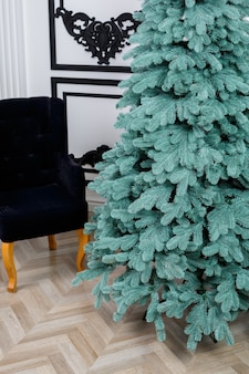 Albero di natale del primo piano senza giocattoli. buon anno nuovo spirito. rami verdi dell'albero di natale