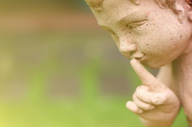 Chiuda sulla bambola dell'argilla facendo uso del dito indice sulle labbra nel momento proibito