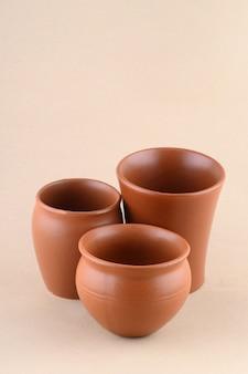 Close-up di vasi di terracotta su sfondo color crema