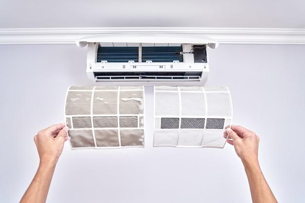 Primo piano di un filtro pulito e sporco. sostituzione del condizionatore d'aria domestico e concetto di pulizia
