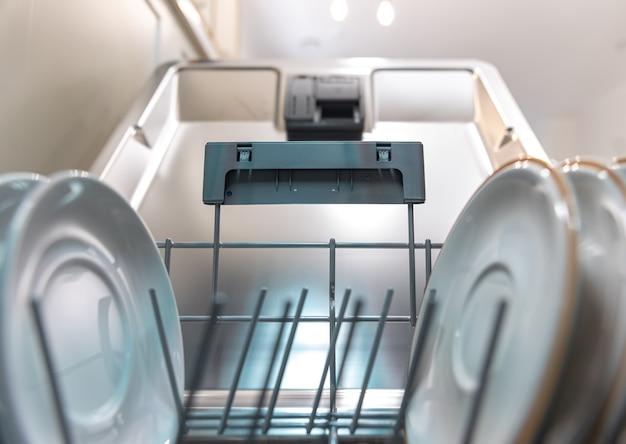 Primo piano di piatti puliti all'interno della lavastoviglie.