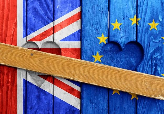 Chiudere le persiane in legno chiuse con forme di cuore, bandiere del regno unito e dell'ue dipinte come simbolo della brexit
