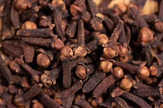 Chiuda su dell'erba piccante secca chiodo di garofano per l'aroma dell'alimento e la medicina naturale, ingrediente in spezie indiane