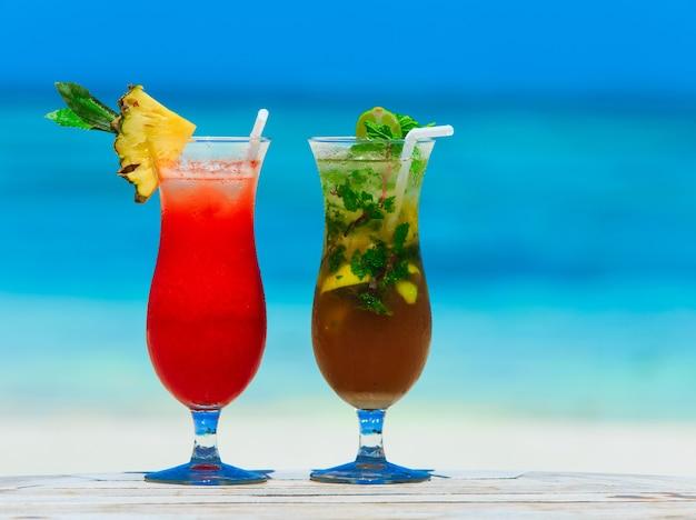 Primo piano su bicchieri da cocktail con cannucce