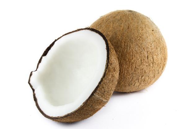 Primo piano su noci di cocco isolate