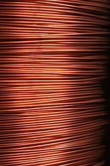 Primo piano di una bobina di filo di rame rosso