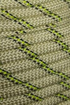 Primo piano della corda da arrampicata sportiva arrotolata. attrezzatura da trekking sul filo del rasoio