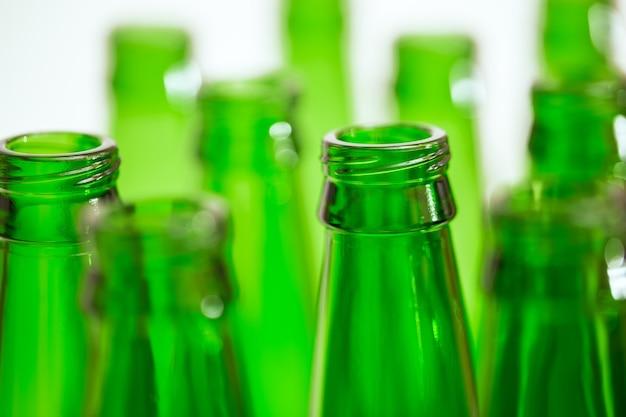 Primo piano di una collezione di bottiglie verdi