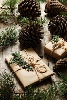 Chiudere una collezione di pigne con regali di natale