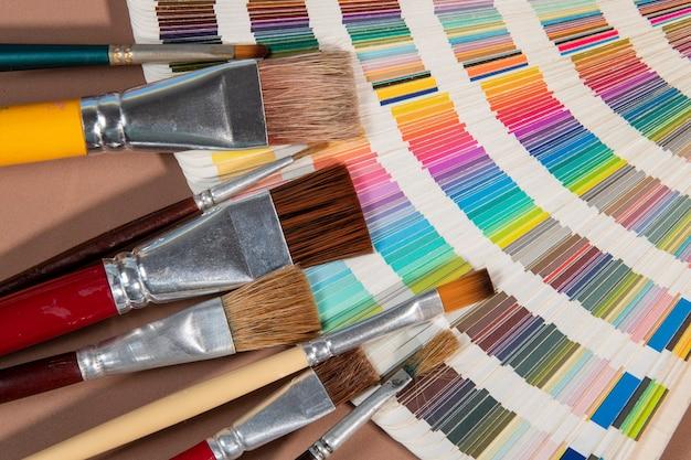 Primo piano sulla guida alla tavolozza dei colori per la stampa e il concetto di pennello, scelta dei colori per il design