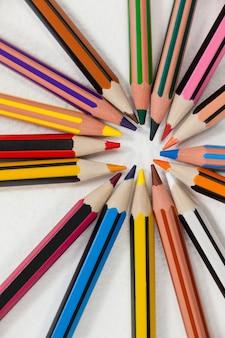 Close-up di matite colorate disposte in cerchio