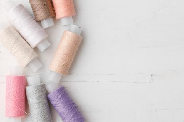 Primo piano di bobine di filo colorato sfondo bobine di filo
