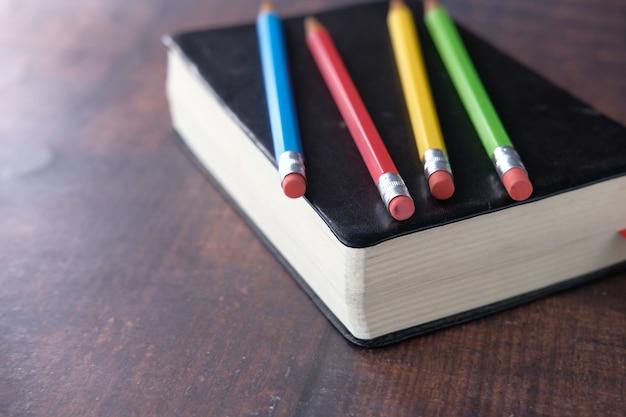Close up di matite colorate su un libro,