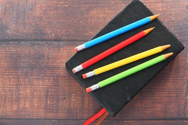 Primo piano di matite colorate sul blocco note
