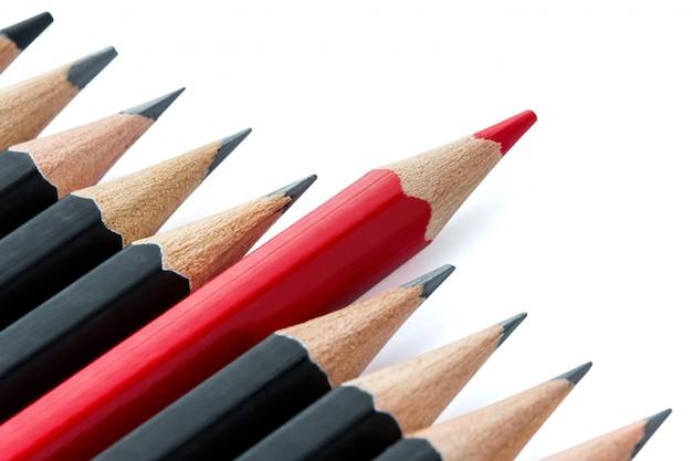 Primo piano sul concetto di eccezionale con varie matite isolate