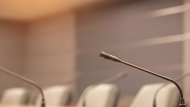 Chiudi il microfono della conferenza sul tavolo della riunione.