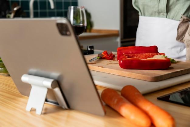 Chiuda sul cuoco che prepara il pasto