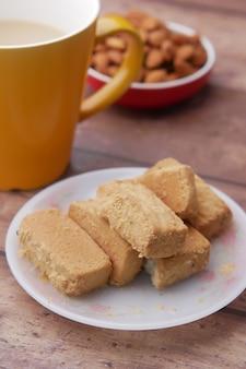 Primo piano di biscotti e tè sul tavolo