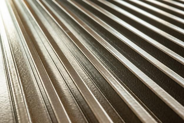 Primo piano di una superficie metallica ondulata di un'attrezzatura di fabbrica non identificata. il concetto di attrezzature sofisticate e tecnologia moderna. il concetto di produzione di dispositivi militari