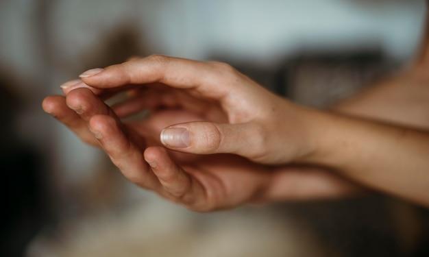 Coppie del primo piano che tengono le mani