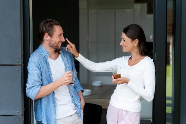 Primo piano sulla coppia a casa che condivide momenti teneri
