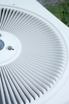 Chiudere il coperchio del condensatore ad aria utilizzando come sfondo e sfondo