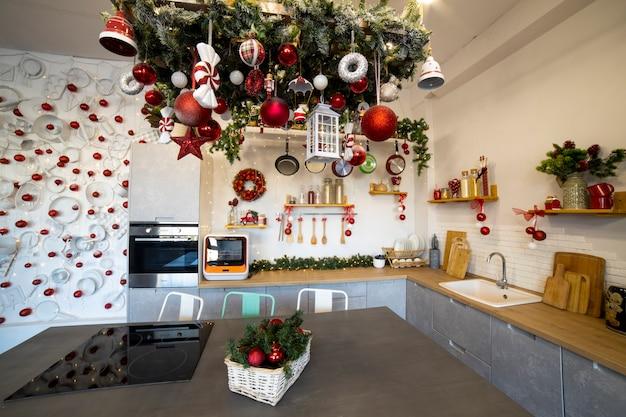 Primo piano di un'accogliente cucina moderna per una famiglia numerosa, decorata per la festa di capodanno....