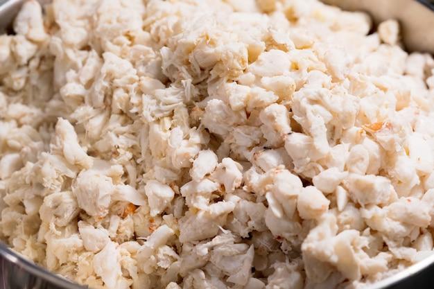 Chiuda in su della polpa di granchio per la cottura, mercato tailandese dell'alimento della via