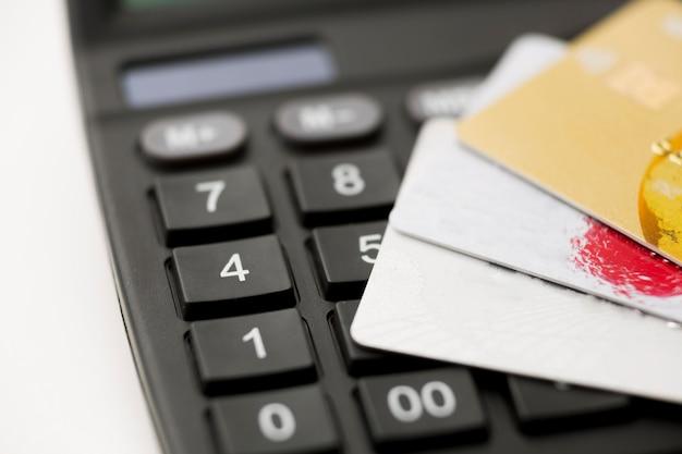 Carte di credito e calcolatrice del primo piano