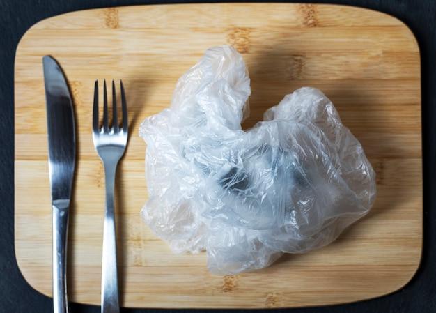Chiuda in su di un sacchetto di plastica sgualcito come piatto del piatto