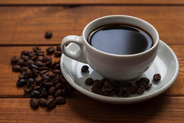 Primo piano tazza di caffè e fagioli