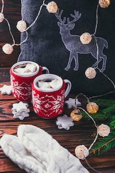 Primo piano tazza di caffè con marshmallow