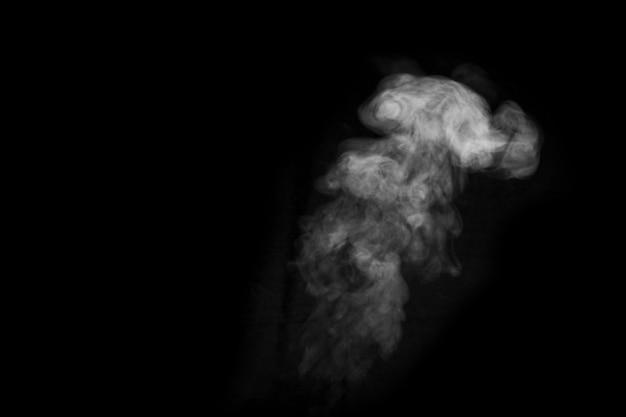 Riccioli ravvicinati di vapore o fumo con gocce di umidità isolate su sfondo nero, chiave di basso, spazio copia.
