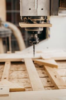 Primo piano di taglio del legno su una fresatrice di cnc in garage