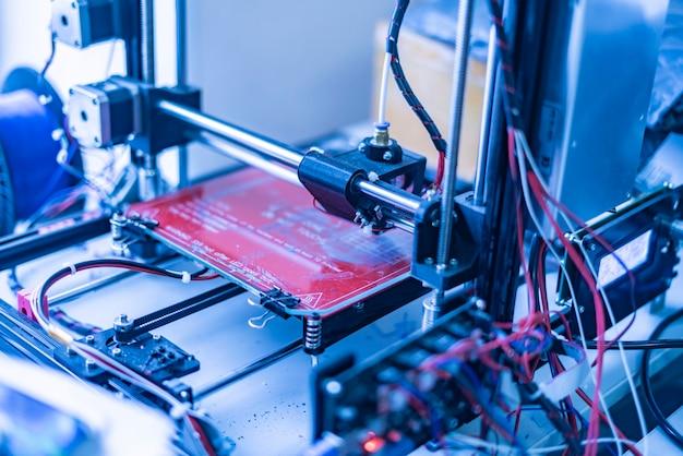 Primo piano d stampante condurre esperimenti a scuola b Foto Premium