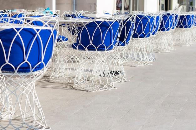 Chiuda in su tavoli decorati all'interno del ristorante