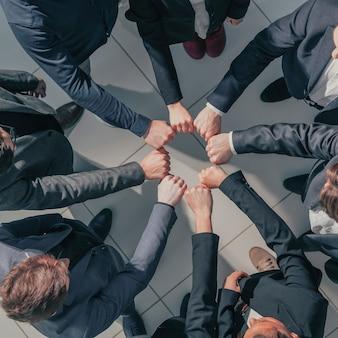 Avvicinamento. un team aziendale dedicato che mostra la loro unità. il concetto di lavoro di squadra.