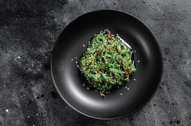 Primo piano su una deliziosa insalata di alghe fresche