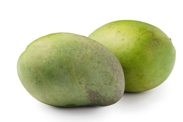 Primo piano di delizioso mango maturo verde isolato su sfondo bianco da tavola, percorso di ritaglio tagliato.