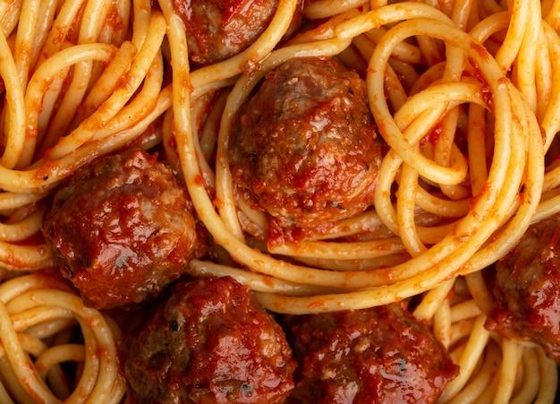 Close-up di deliziose polpette di pasta con salsa di pomodoro, dall'alto. gustose polpette fatte in casa spaghetti concetto, sfondo modello alimentare