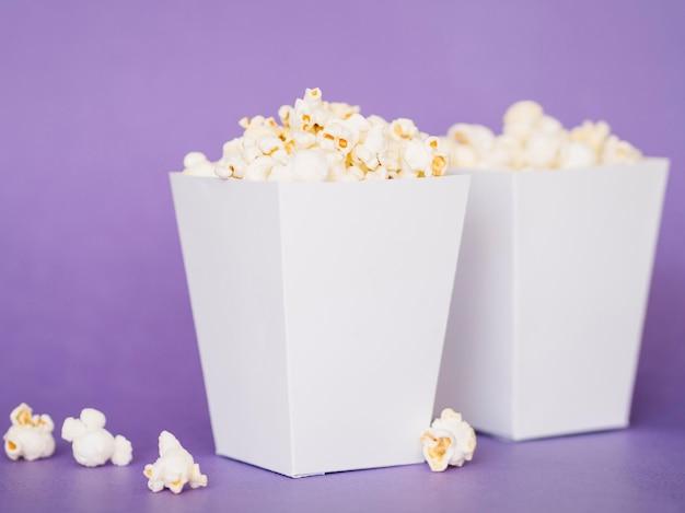 Scatole di popcorn deliziose primo piano sul tavolo