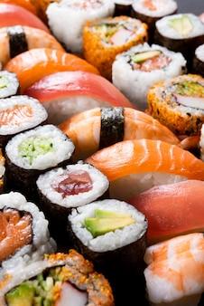 Rotoli di sushi deliziosi del primo piano