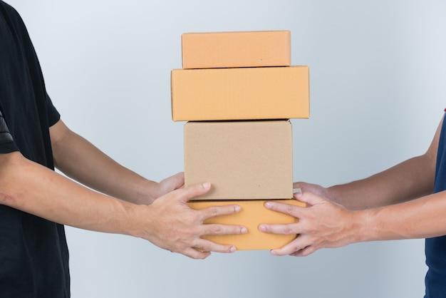 Close up sulla consegna uomo che tiene la scatola di consegna