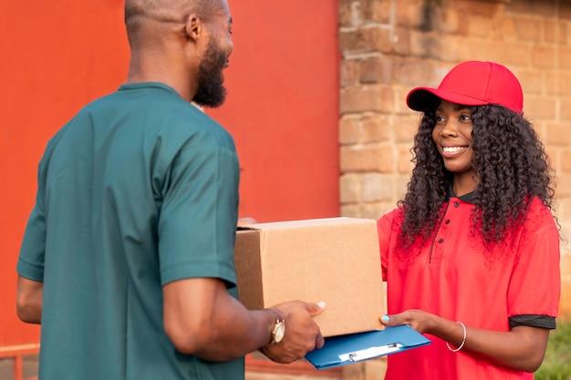 Primo piano sulla persona di consegna che consegna il pacco al cliente