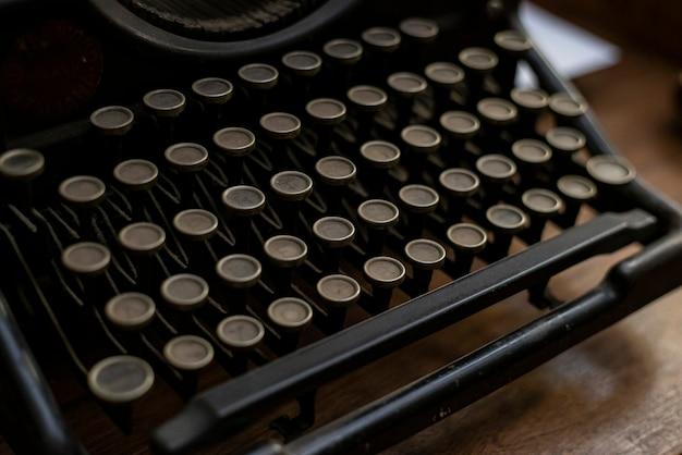 Primo piano dettaglio di una macchina da scrivere antica in condizioni di scarsa illuminazione