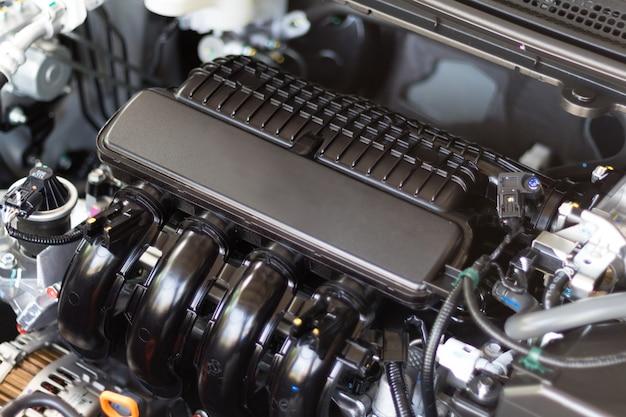 Chiuda sul dettaglio del motore di automobile con progettazione interna del motore