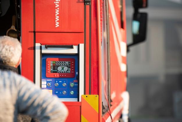 Primo piano particolare dei controlli del camion dei pompieri